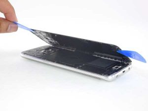 باز کردن درب پشت گوشی برای تعویض باتری گوشی سامسونگ S7 EDGE